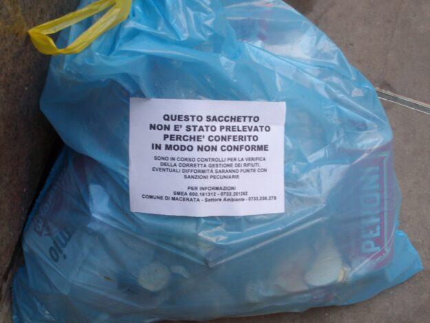 Sacchetto di spazzatura non conforme